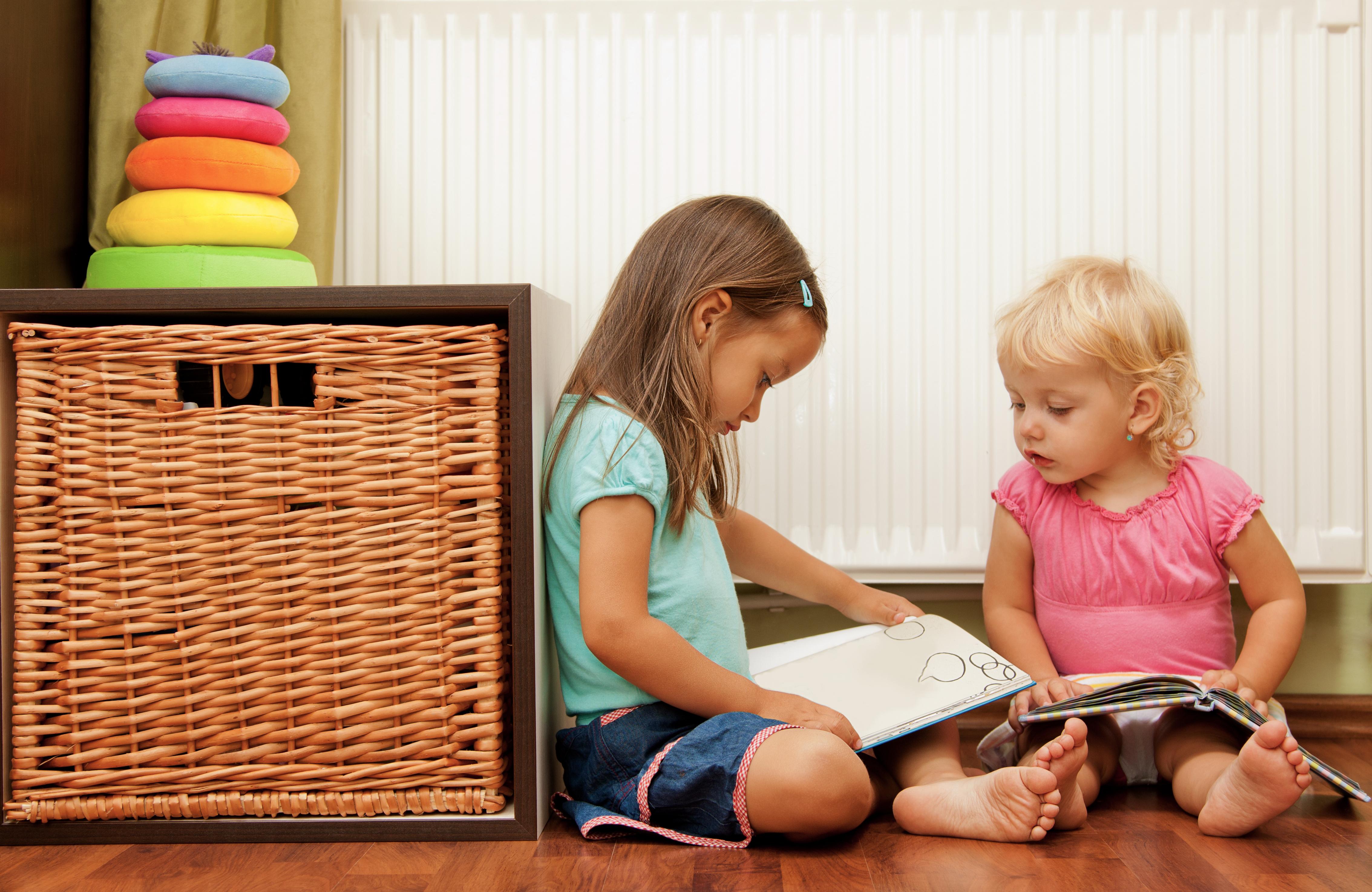 to børn sidder med en bog