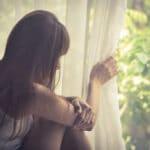 pige kigger ud af vinduet