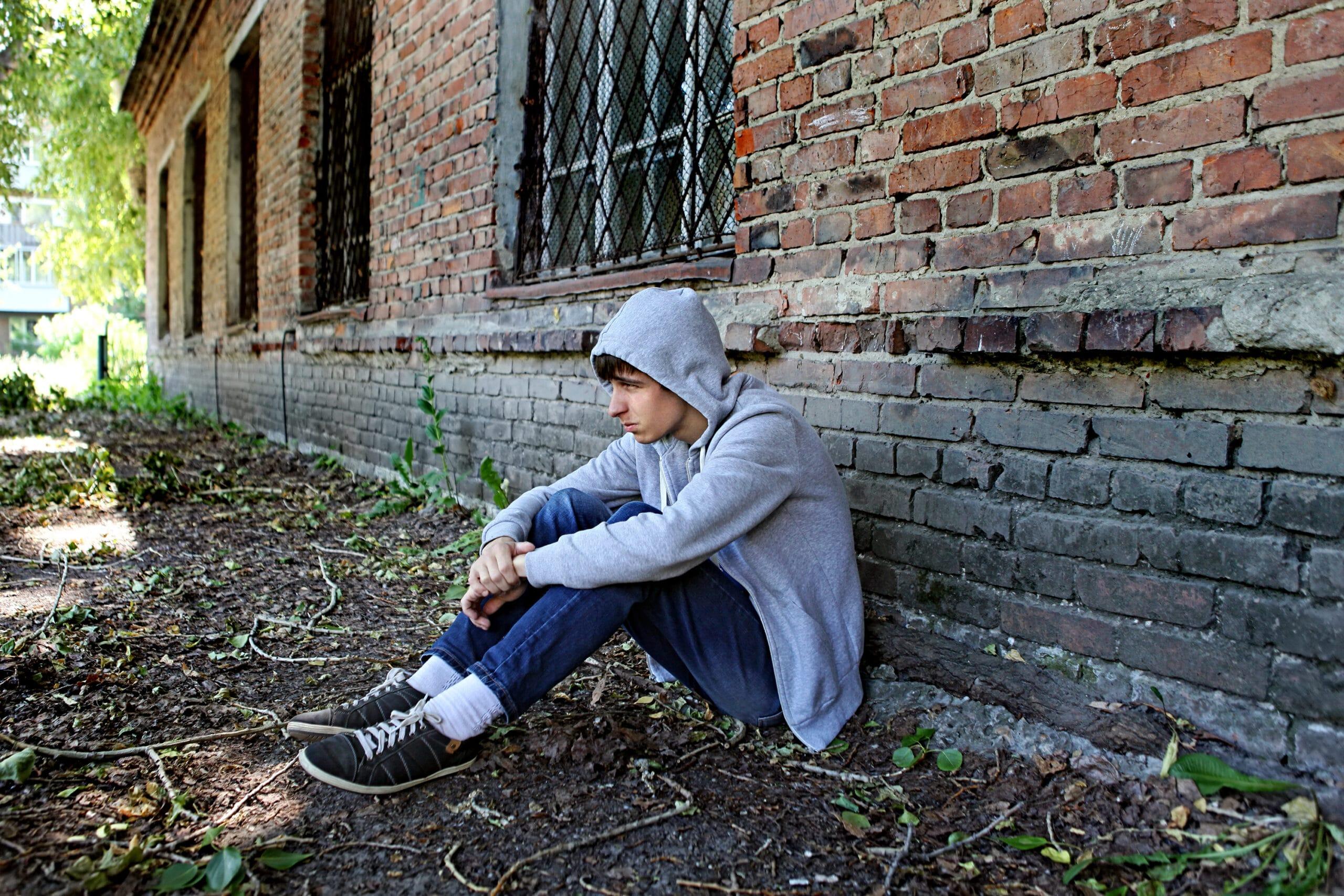 teenagecoaching - dreng sidder op ad væg