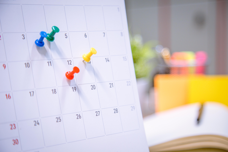 kalender med farvede nåle